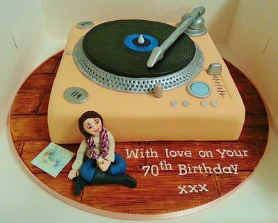 Record player cake with handmade figure - Cake by Funkycakes