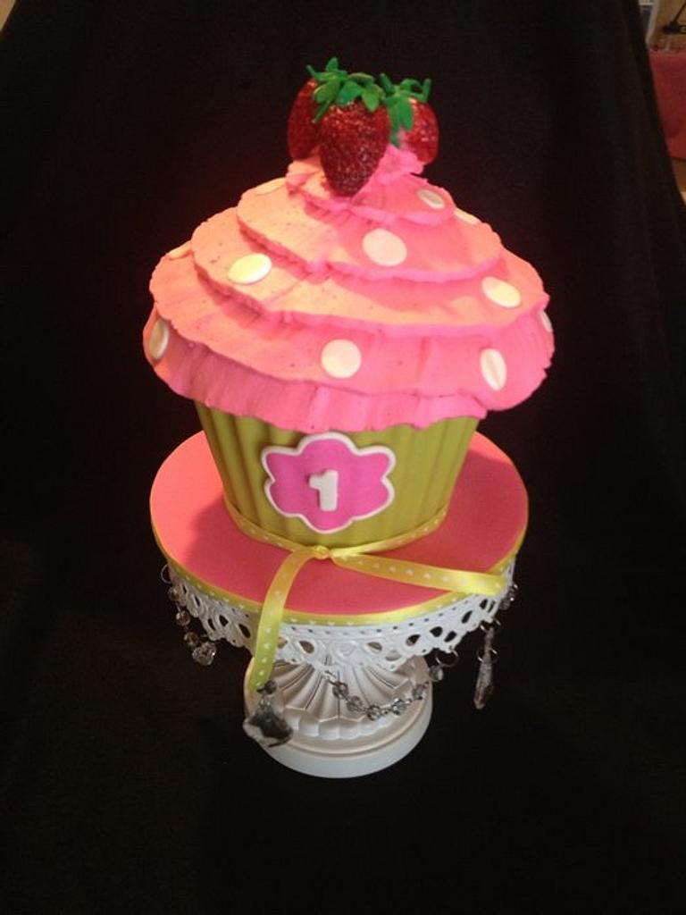 Strawberry smash cake by Trickycakes