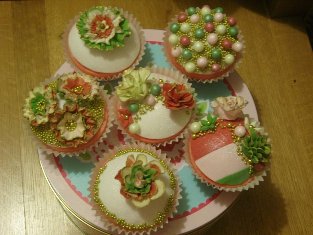 Christmas cupcakes by ladyfaeuk