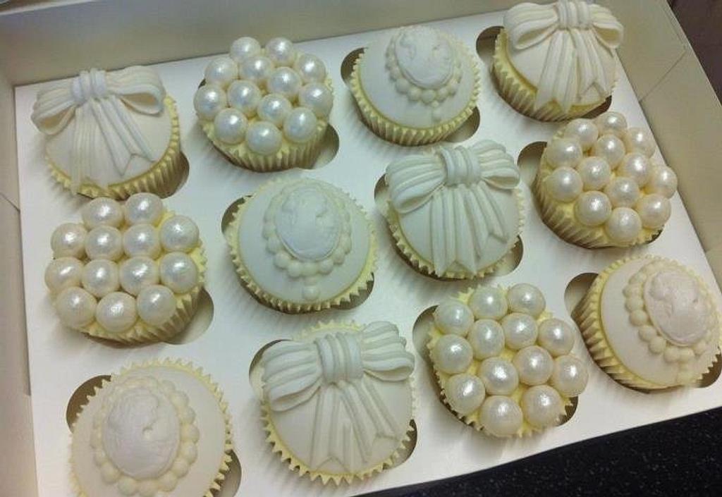 Pearls, Bows & Cameos by CakeDIY