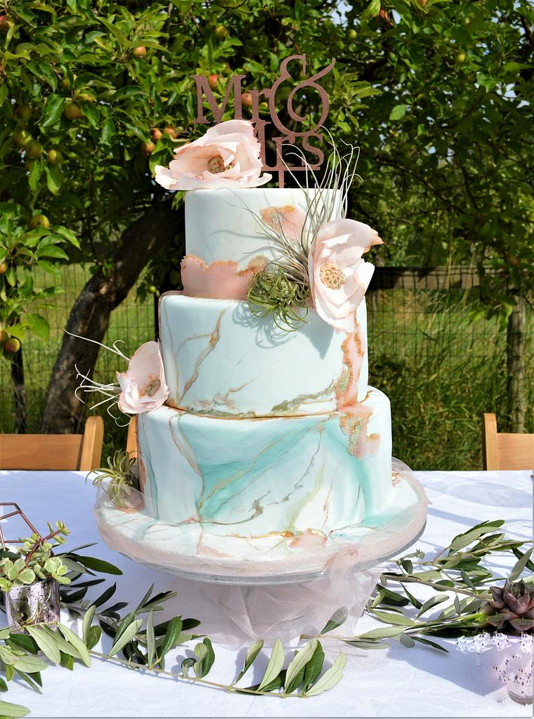 green and gold marble spring weddingcake by Judith-JEtaarten
