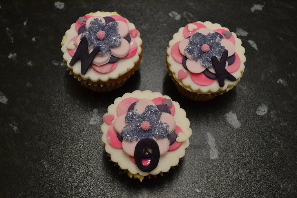 Initial cupcakes  by Niknoknoos Cakery