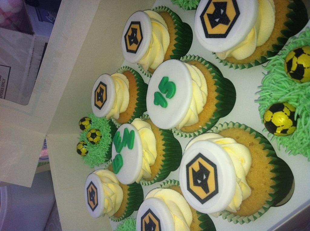 Football cupcakes  by Hellocupcake