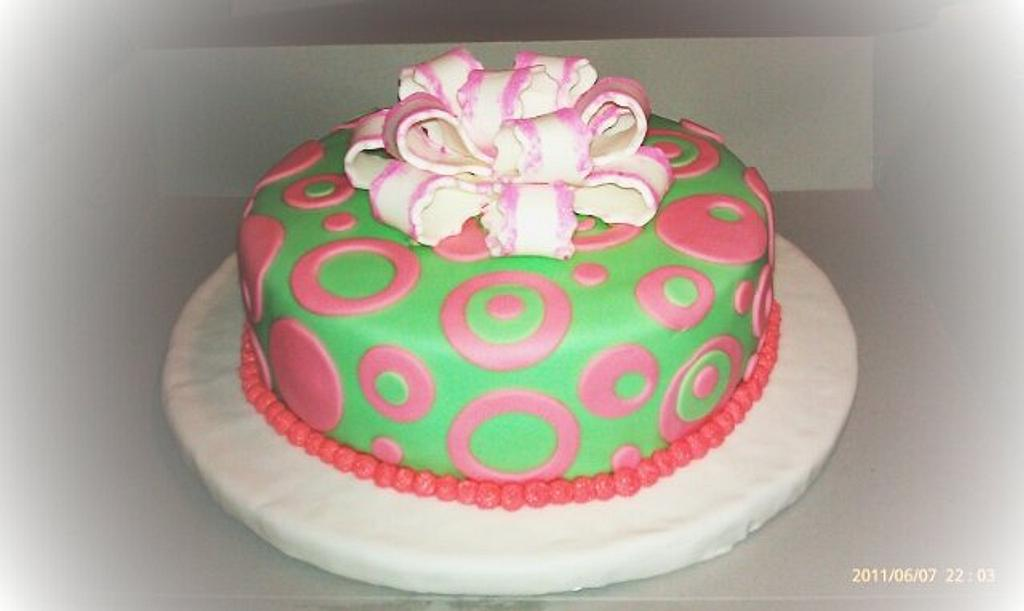 Poka-dots fondant cake  by First Class Cakes
