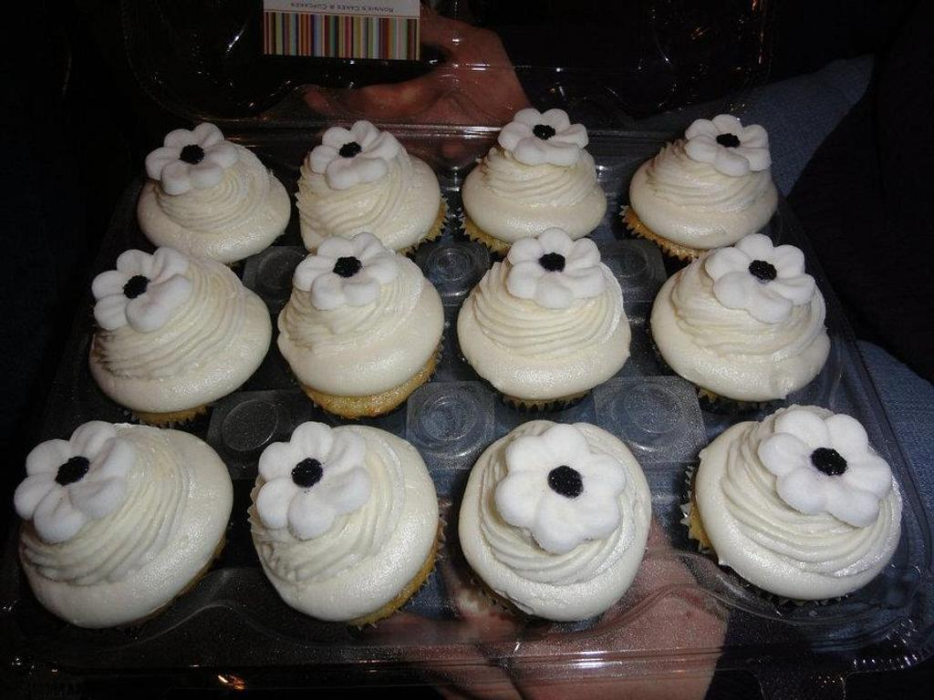 Black & White Cupcakes by Rosalynne Rogers