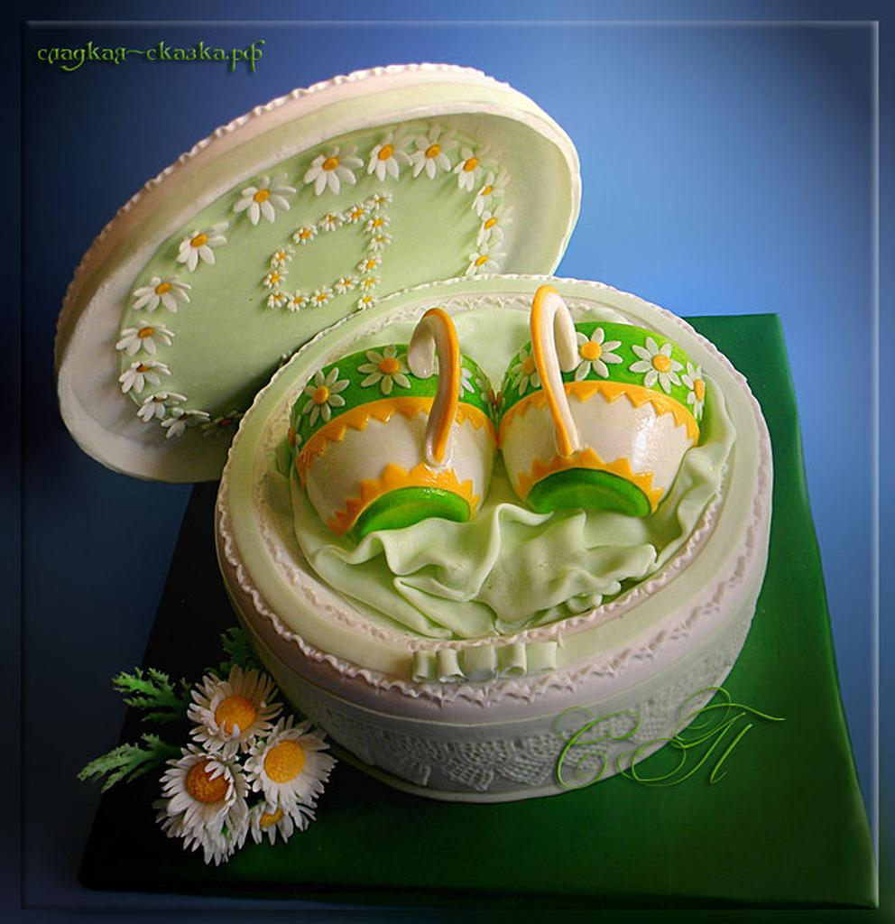Cake with cups and daisies by Svetlana