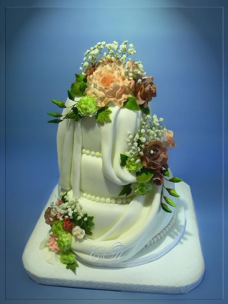 Wedding cake with a bouquet by Svetlana