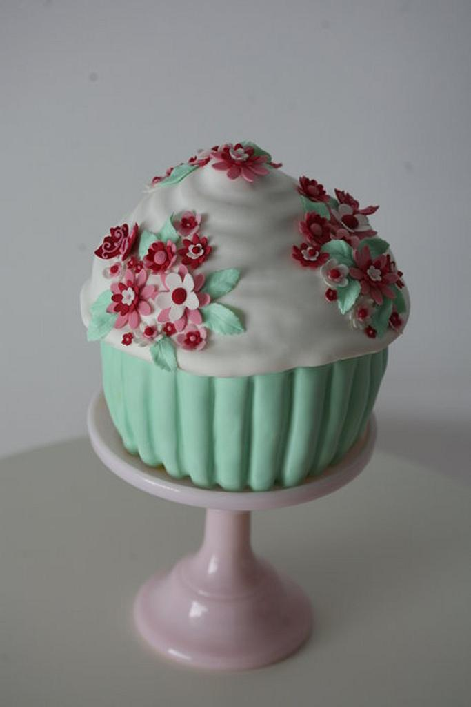 flower cupcake by Francisca Neves