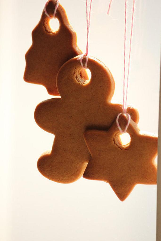 Gingerbread cookie ornaments by Smita Maitra (New Delhi Cake Company)