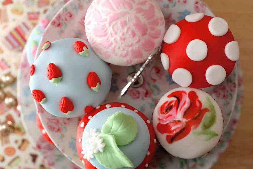 Kath Kidston inspired cupcakes ~hand painted~ by Hannah
