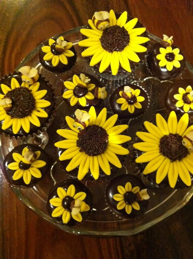 Bumblebee sunflower buns - Spring's on the way! (Finally) by Helen-Loves-Cake