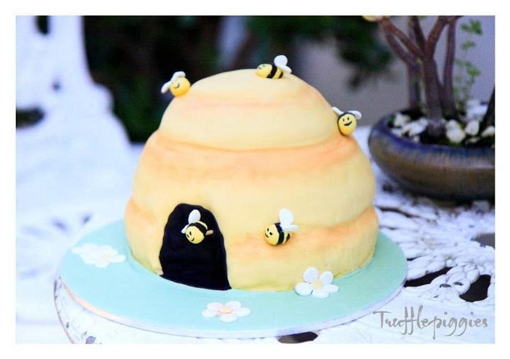 A bee cake! by Patricia Tsang