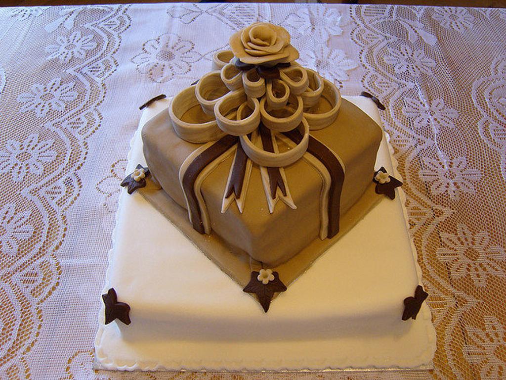 Present cake  by Niknoknoos Cakery