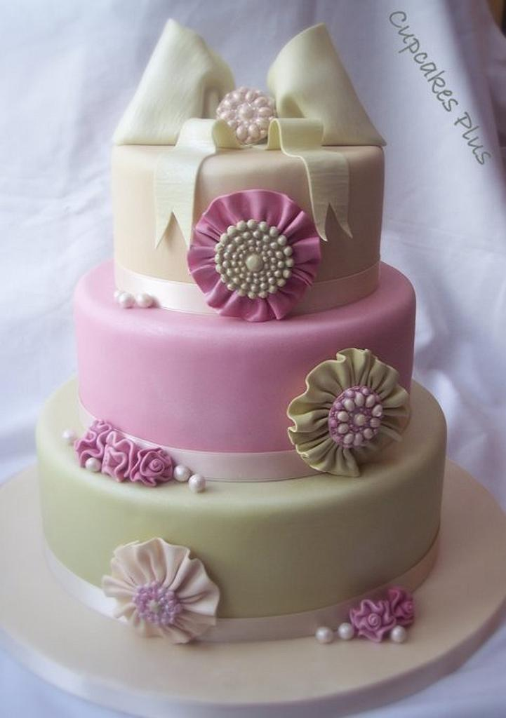 Rosette and brooch wedding cake by Janice Baybutt
