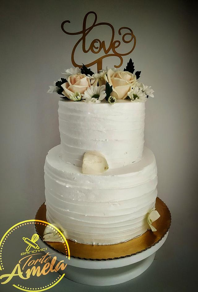 Beautifull white wedding cake