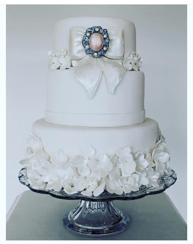 Bow's n Brooch Wedding Cake