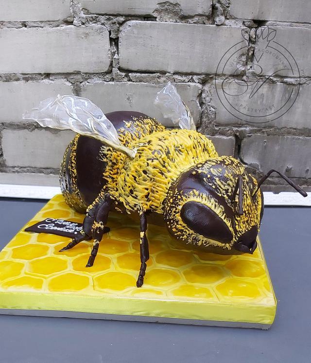 Bee cake by Victoria Zagorodnya