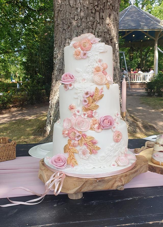 Last weddingcake of 2020 in blush and gold