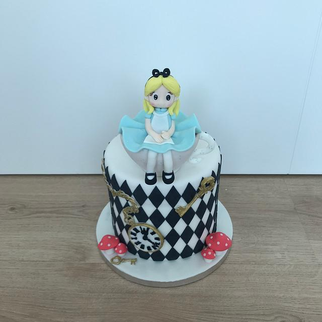 Alice in the wonderland cake
