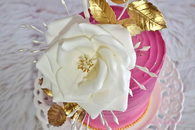 Buttecream cake with  sugar flower.