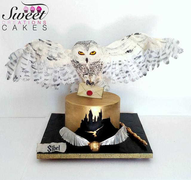 Harry Potter themed cake : gravity defying landing Hedwige owl