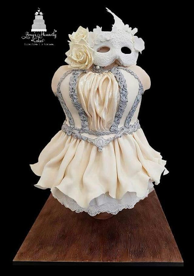 Vintage cake mask ball