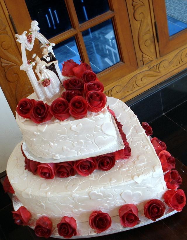 Red White Wedding Cake Cake By Laly Mookken S Cakes Cakesdecor
