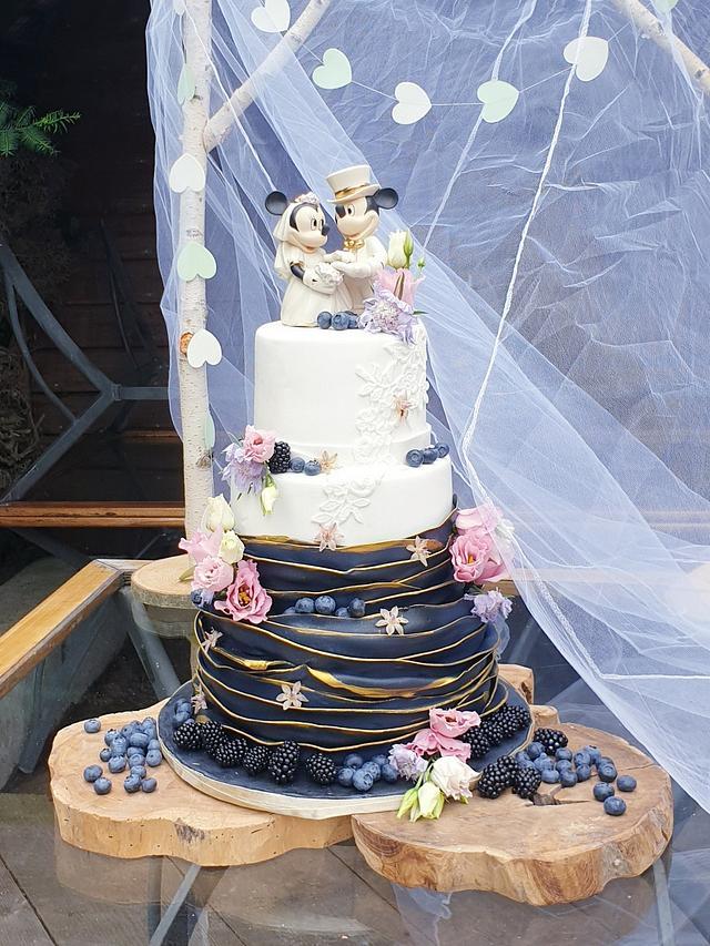 weddingcake with blak ruffles and white lace
