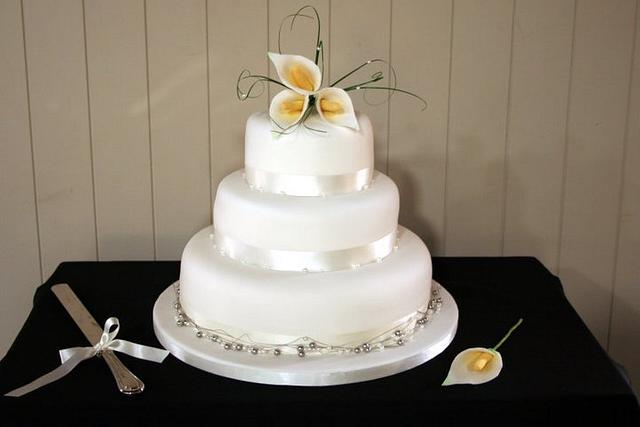 Simple wedding cake with sugar lilies