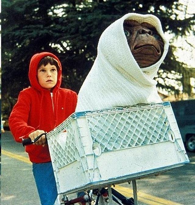 ET in his basket Cake
