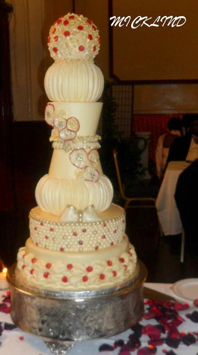 A GLAMOROUS WEDDING CAKE