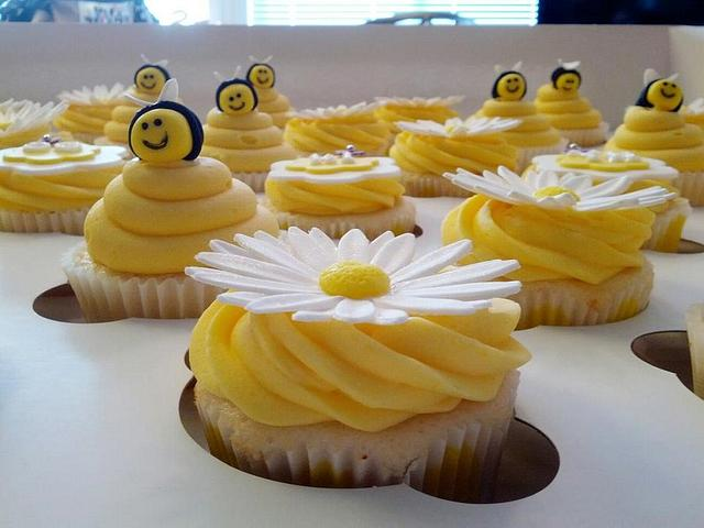 Bee baby shower cupcakes