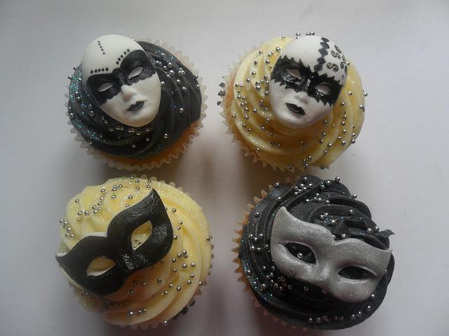 harlequin black/white cupcakes