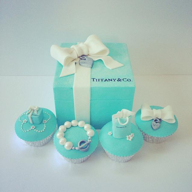 Tiffany&Co. Gift box cake and cupcakes