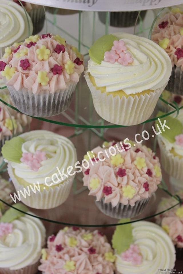 Flowers and pearls cake and cupcakes