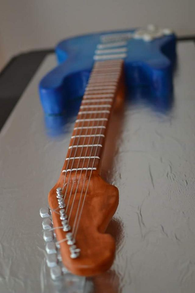 Real size electric guitar cake