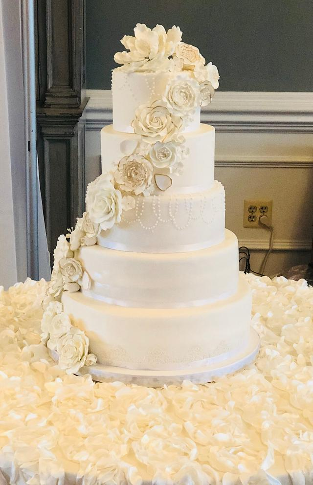 Classy Elegance Wedding Cake , cake by Tiffany DuMoulin