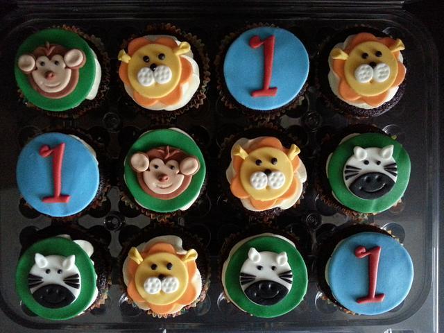 Safari themed cake and cupcakes