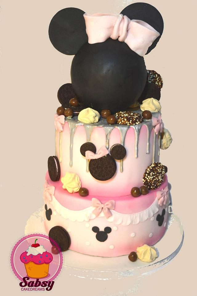 mini mouse drip cake and cupcakes