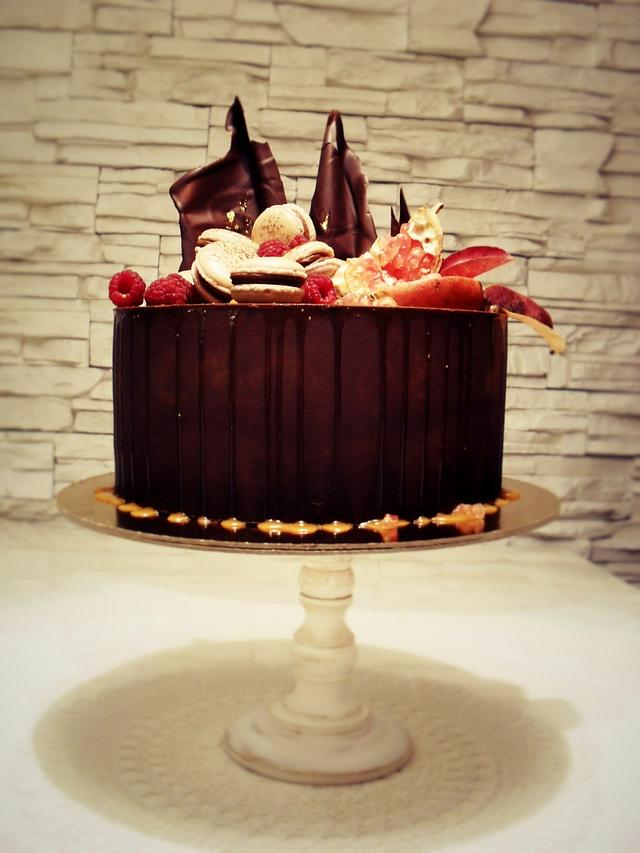 drip cake with french macarons
