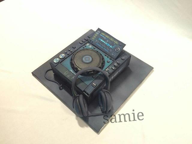 DJ CONSOLE CAKE