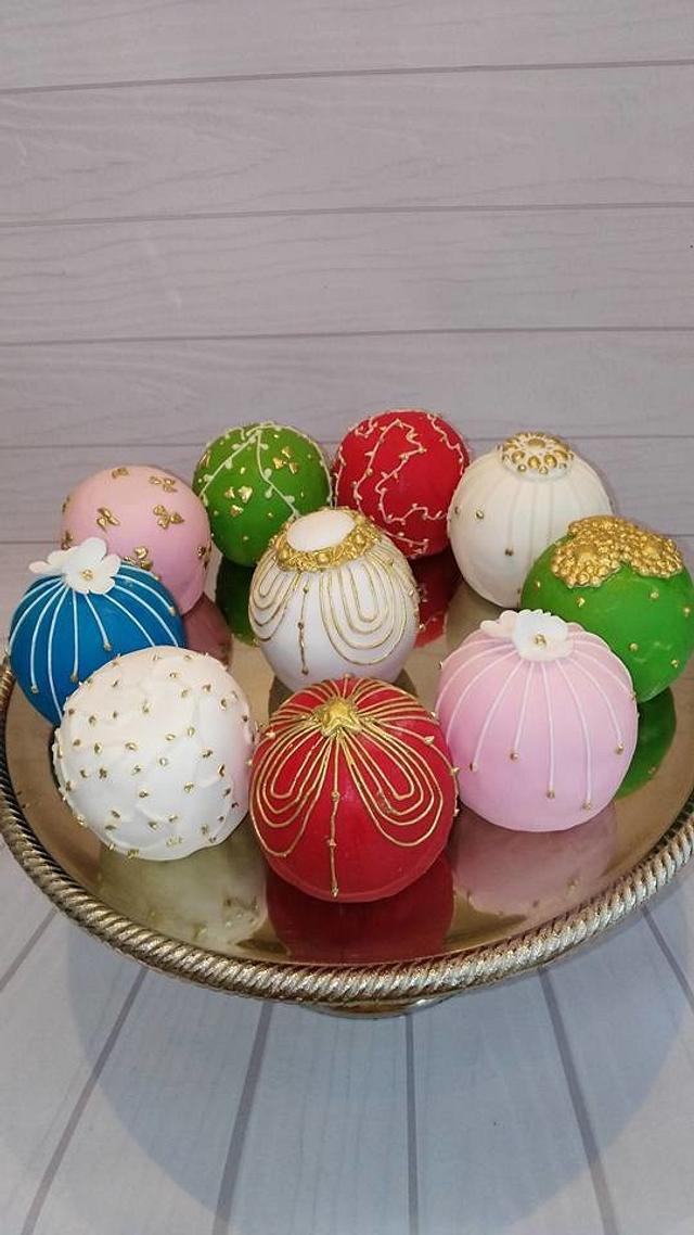 Christmas Bauble mini cakes