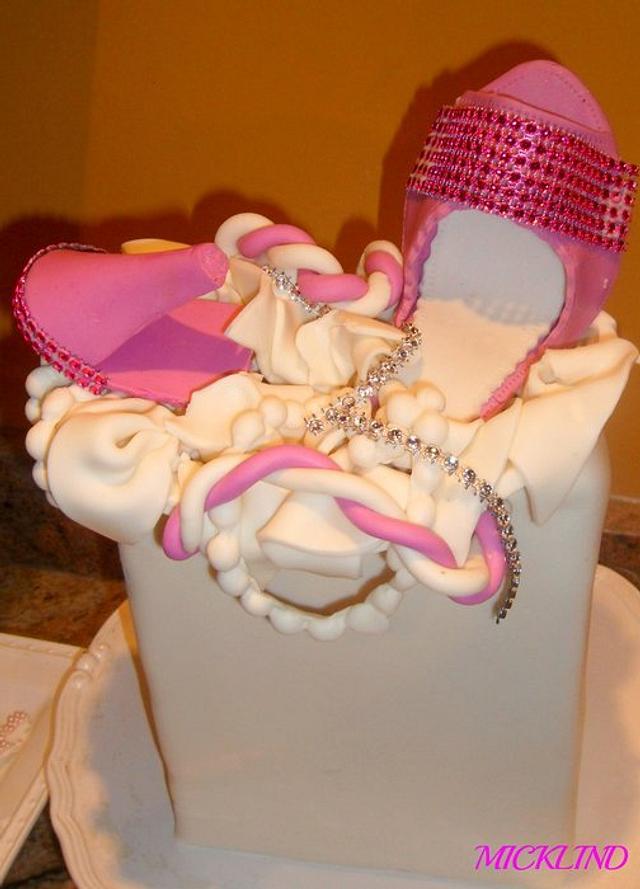 A SHOPPING BAG CAKE
