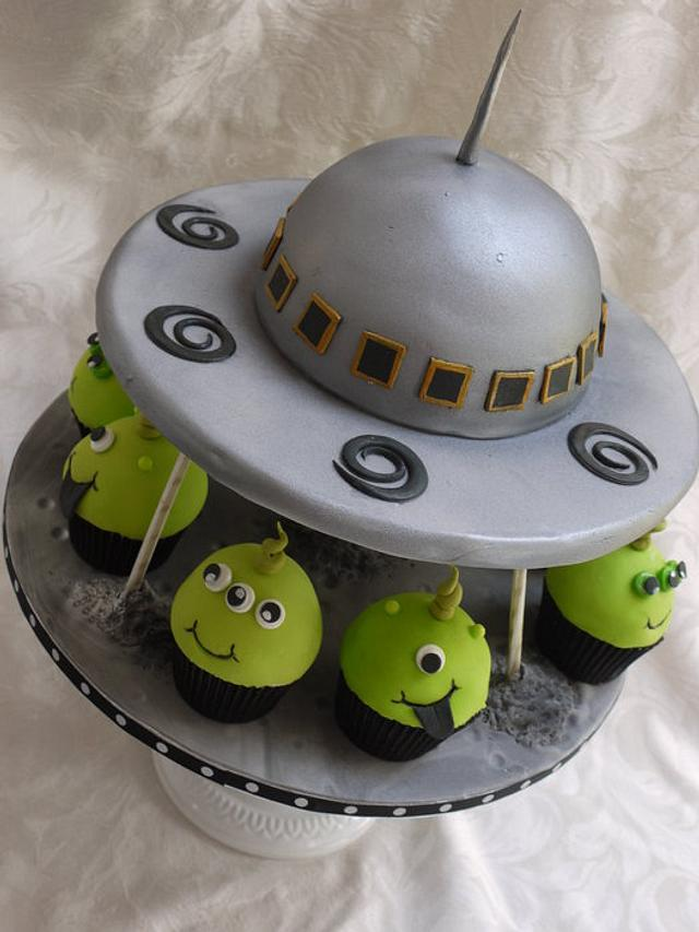 Peachy Flying Saucer Cake With Matching Alien Cupcakes Cake By Cakesdecor Funny Birthday Cards Online Elaedamsfinfo