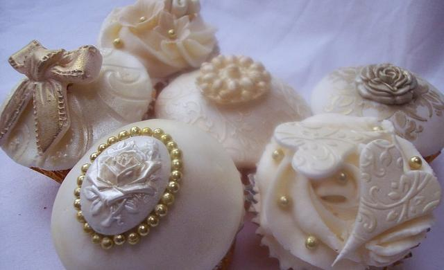 Gold and ivory cupcakes