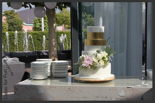 Wedding cake - Fresh flowers and edible gold