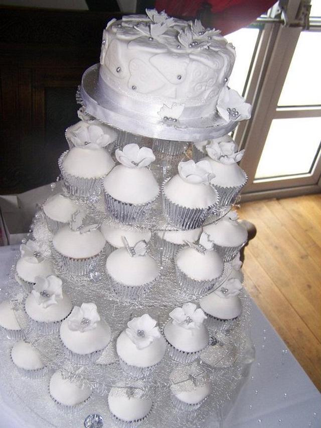 White Wedding Cake And Cupcakes Cake By Cupcakes Of Cakesdecor