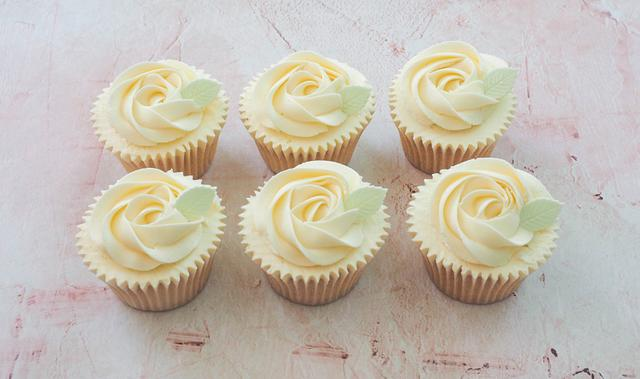 Cucpakes with a buttercream rose swirl and handmade leaf