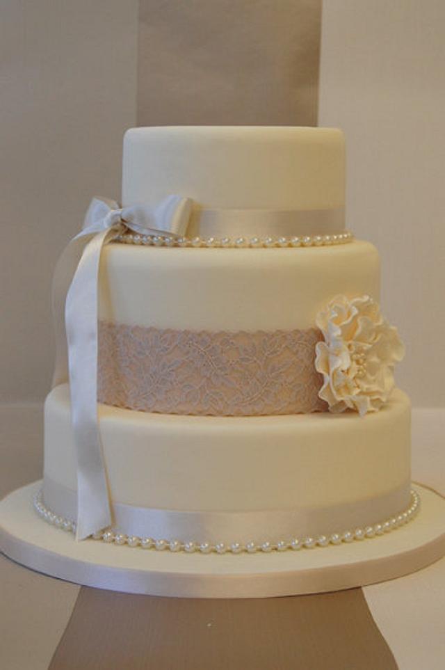 simple and stylish wedding cake