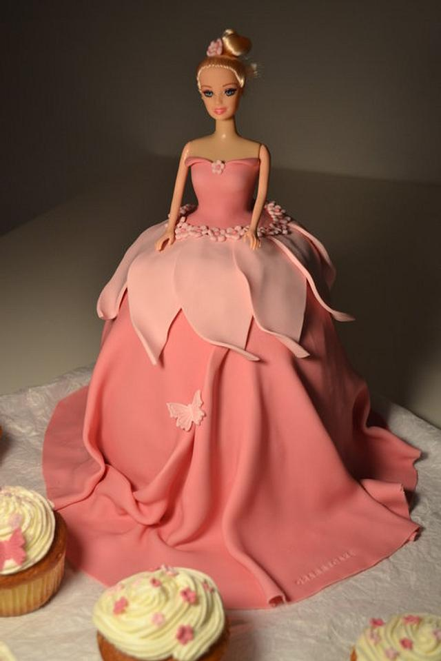 Barbie cake with cup cakes